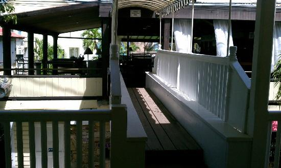Club Comanche: Catwalk over street to bar; pool just beyond bar.