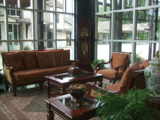 Inn at Mendenhall, an Ascend Collection Hotel: Beautiful Lobby, but hot as hell on a summer day