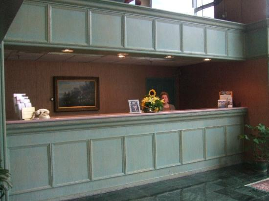 Inn at Mendenhall, an Ascend Collection Hotel: Front Desk - The Staff were friendly.