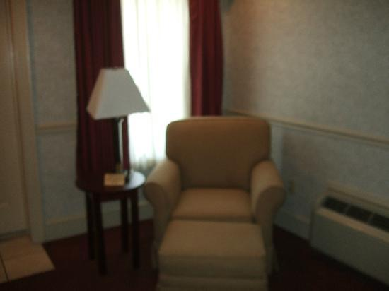 Inn at Mendenhall, an Ascend Collection Hotel: Comfy chair in the room