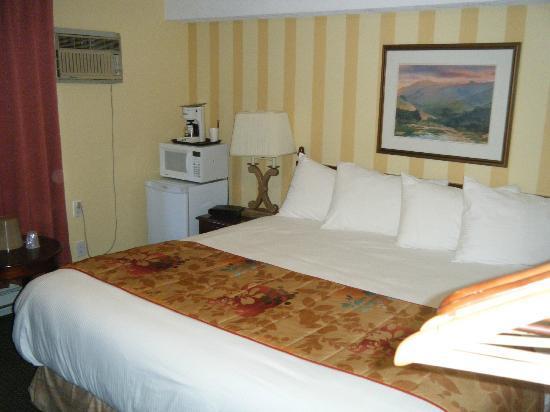 Arbutus Inn: Huge Bed
