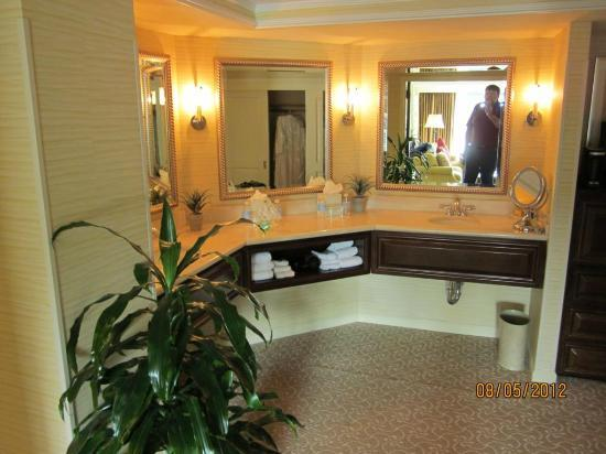 Monterey Marriott: Master bath vanity area