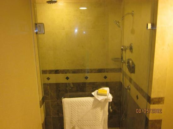 Monterey Marriott: Huge shower with rain, fixed and handheld showers