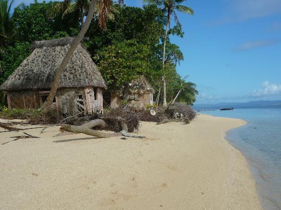 Caqalai Island Resort: Bure falling apart