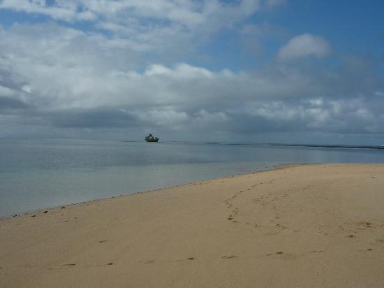Caqalai Island Resort: snake island at high tide