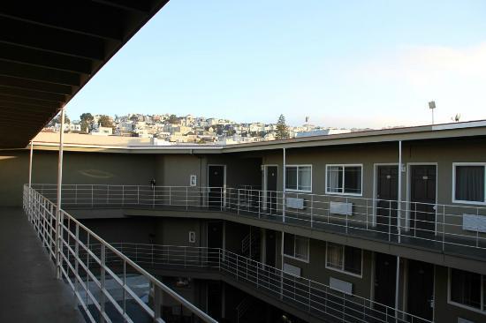 Americas Best Value Inn Golden Gate: Inner court and balcony