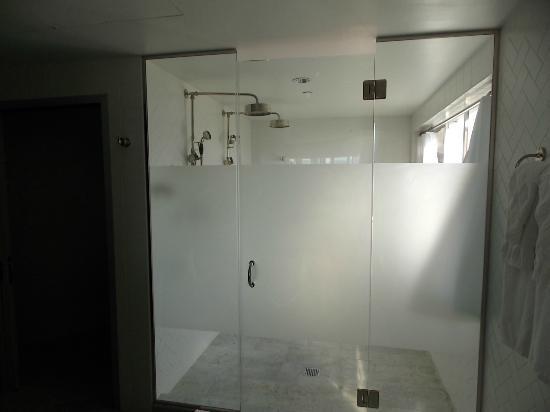 Hotel Shangri La Santa Monica: Shower Was As Big As An Huge Walk In