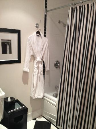 Le Place d'Armes Hotel & Suites: Shower