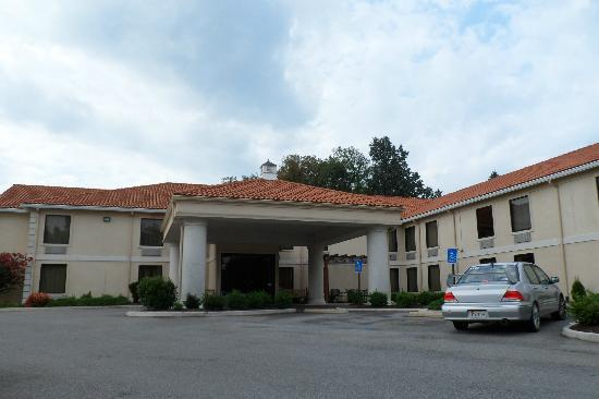 La Quinta Inn Radford: Main Entrance, from interstate enter from road in back.