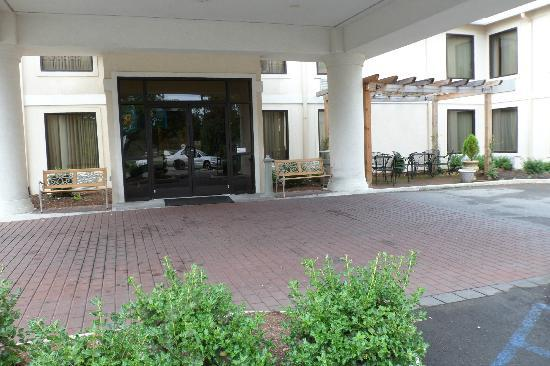 La Quinta Inn Radford: Front entrance with seating areas