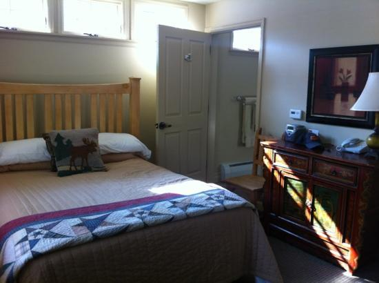 Annabelle Inn : Standard room that faces Main St. Very small!