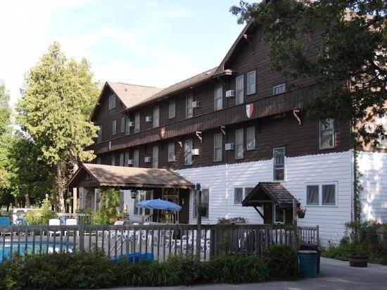 Alpine Resort & Golf: Front of the Inn