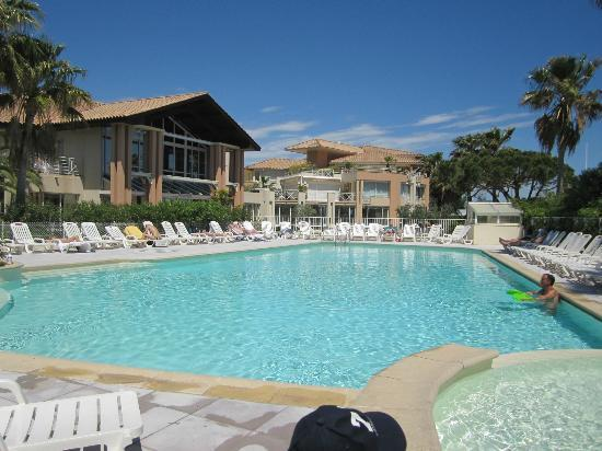 Mercure Thalassa Port Frejus: The pool looking over to the spa and thalassotherapy area