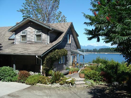 Quadra Island Harbour House B&B: View toward the water