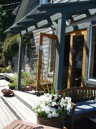 Quadra Island Harbour House B&B: Side view