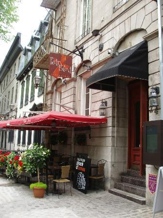 Auberge Place D'Armes: Outside of the hotel with cafe in front -- quaint and inviting