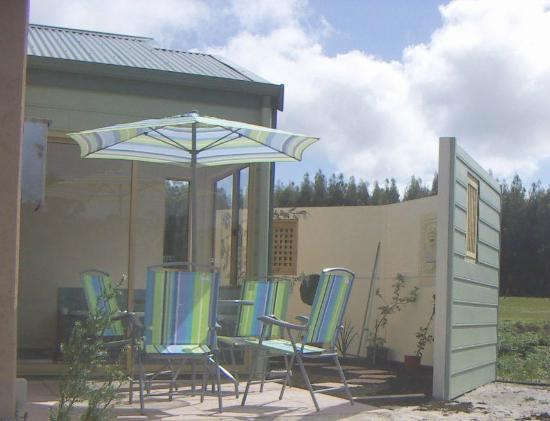 Boranup Forest Retreat: Blue Wren BBQ area and courtyard