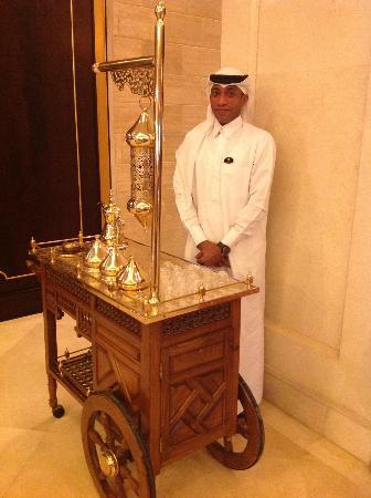 Movenpick Hotel Al Aziziyah Doha: Arabic Coffee Station in the lobby with Faisel