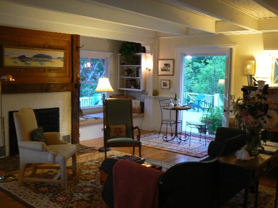 Bufflehead Cove Inn: the living room