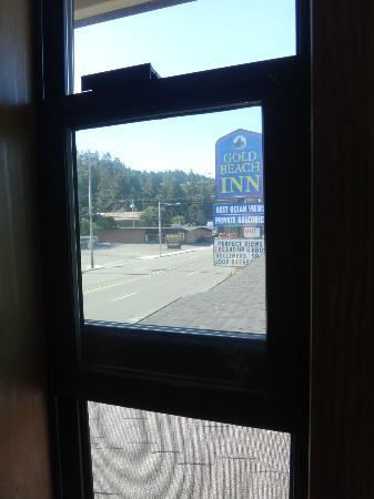 Gold Beach Inn: view from Room.the room he says we are competitors & never stayed in.. my Credit card says other