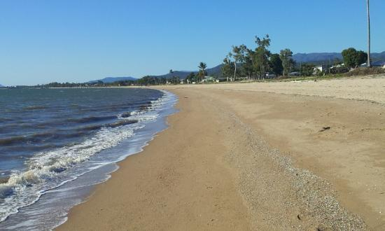 Beachcomber Motel: Lovely beach, looks out on Hinchinbrook Island