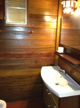 Mermaid Mansion & Thai Villa: baño con hormigas