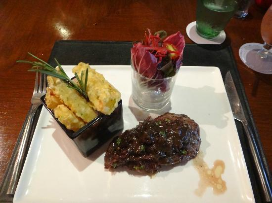 Red Snapper Restaurant & Bar: perfectly cooked medium rare steak with deepfried vegetables