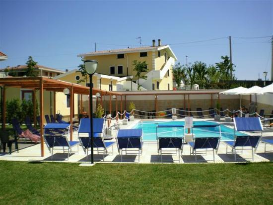 Pianella, Italië: Vista B&B con piscina