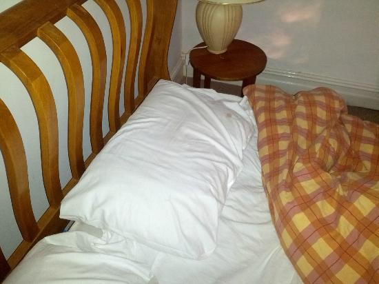 Abbey Hotel: The state of the pillows when we arrived... Blood stained!
