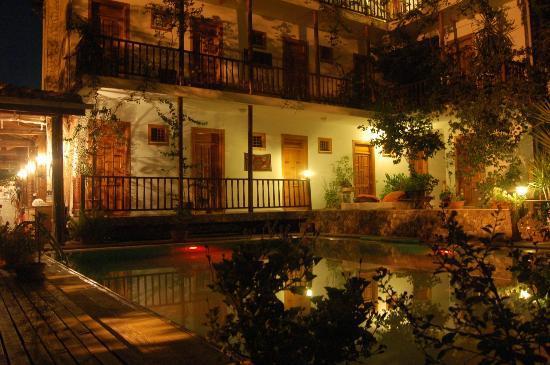 Hotel Beydagi Konak: pool area at night
