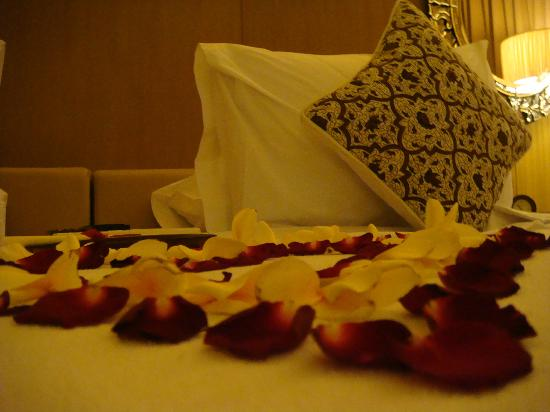 Komaneka at Rasa Sayang: Bedroom with flower petals