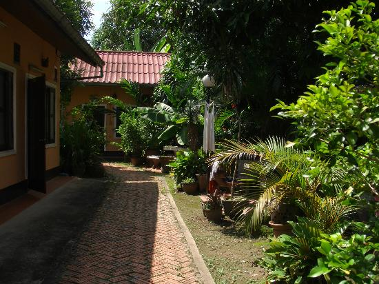Jaliya Guesthouse: garden with rooms og jaliya gh