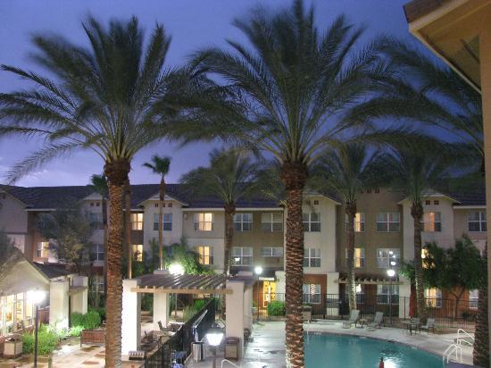 Residence Inn Scottsdale North: pool at dusk