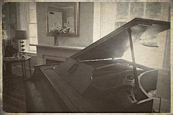 Piano @ Snapdragon Inn