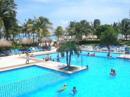 Viva Wyndham Azteca: la piscina vista dal bar
