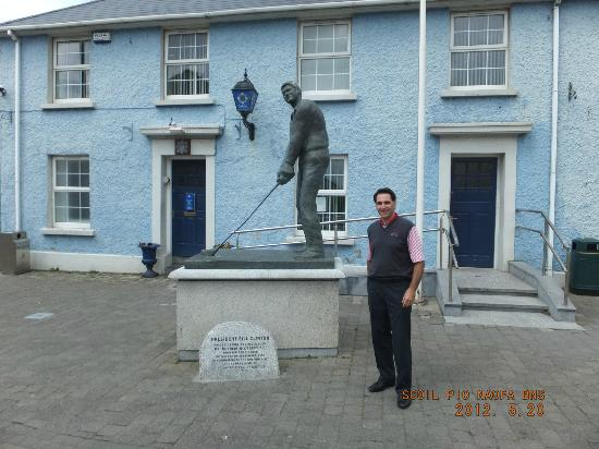 Ballybunion Golf Club: Bill Clinton statue in town square