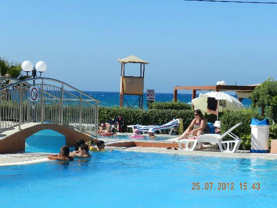 Hotel Astir Beach: Pool & Beach area
