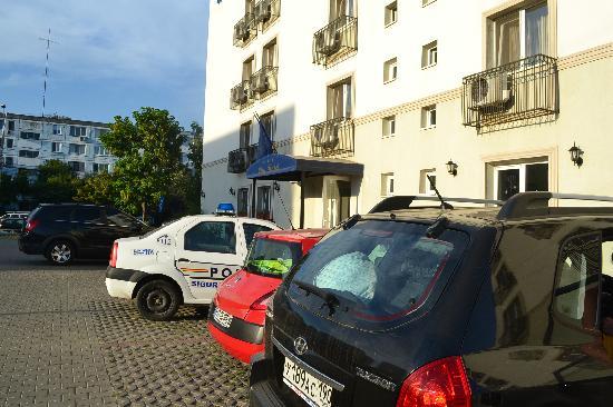 City Hotel Bucharest: Бесплатная парковка и вход в отель