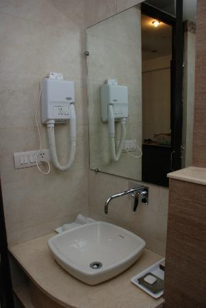 FabHotel Sunstar Karol Bagh: very clean bathroom
