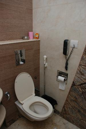 FabHotel Sunstar Karol Bagh: a very clean bathroom