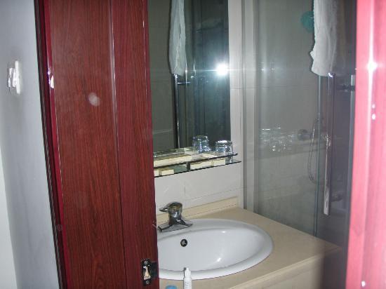 Xi Yuan Hotel: Adequate bathroom