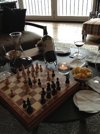 Hotel Grimsel Hospiz: Snacking and drinking in the lounge