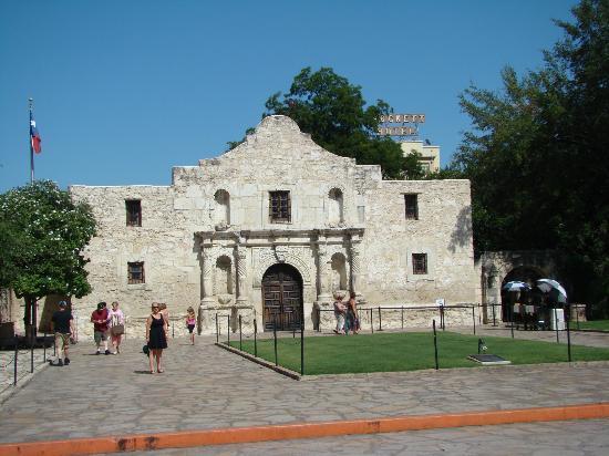 Crockett Hotel: L'hôtel est situé juste derrière l'Alamo