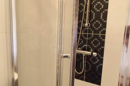 Arinza Hotel London : shower room