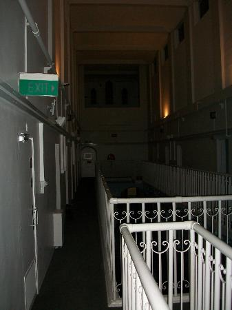 Jailhouse Accommodation : Creepy night time welcome
