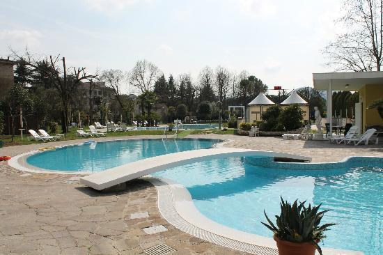 Hotel Harrys' Garden: PISCINA ESTERNA SENZA GETTI COLLEGATA ALL'INTERNA