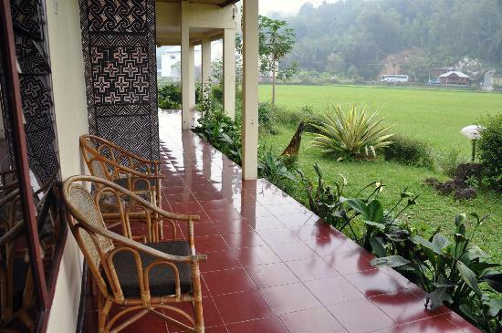 Rantepao Lodge: Back Sitting Area