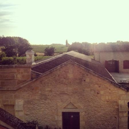 Chateau Lavergne-Dulong - Chambres d'hotes: vue depuis notre salle de bain (Leontine) au soleil couchant