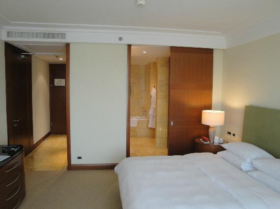 Regent Warsaw Hotel: Blick ins Zimmer und Bad