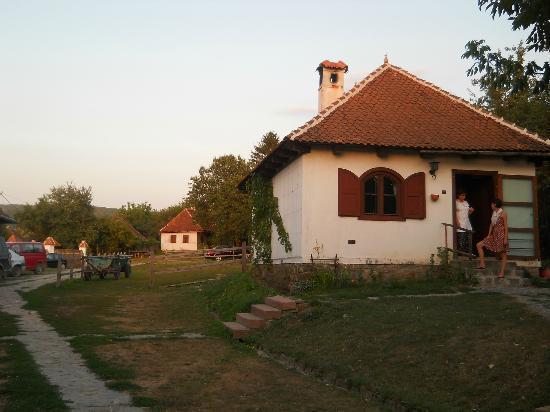 Count Kalnoky's Guesthouses: Parte dell'albergo con edificio cucina e colazione
